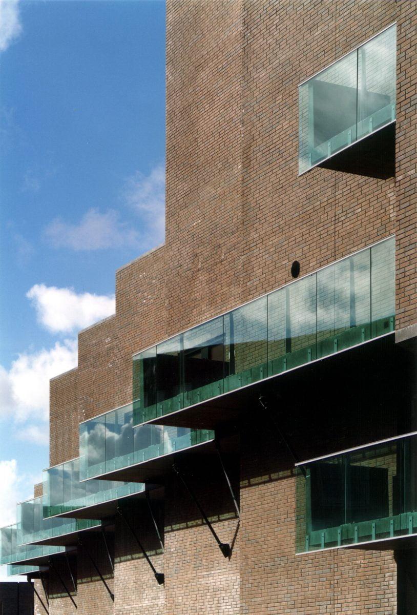 Marlies Rohmer woningbouw, de Aker, Osdorp, Amsterdam, metselwerkvlakken, verspringende galerij, ronde kop