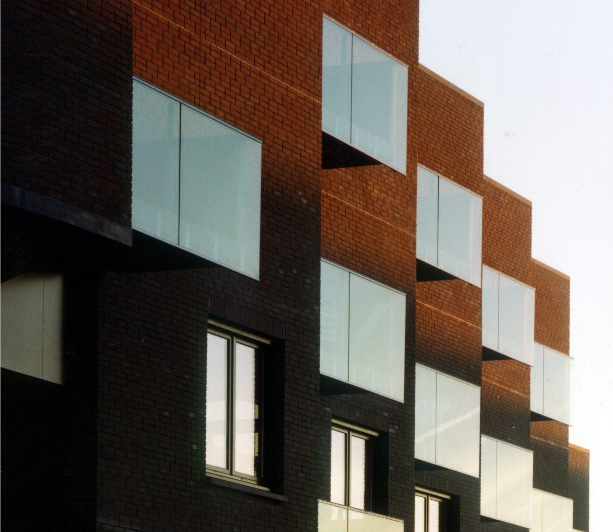 Marlies Rohmer, woningbouw, de Aker, Osdorp, Amsterdam, metselvlakken, verspringende galerij, ronde kop