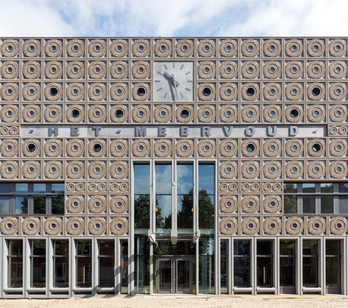 Marlies Rohmer, Community school, Het Meervoud, primary education, gymnasium, grandstand stairs, children's drawings, clock, masonry pattern, prefab, ornament, benches