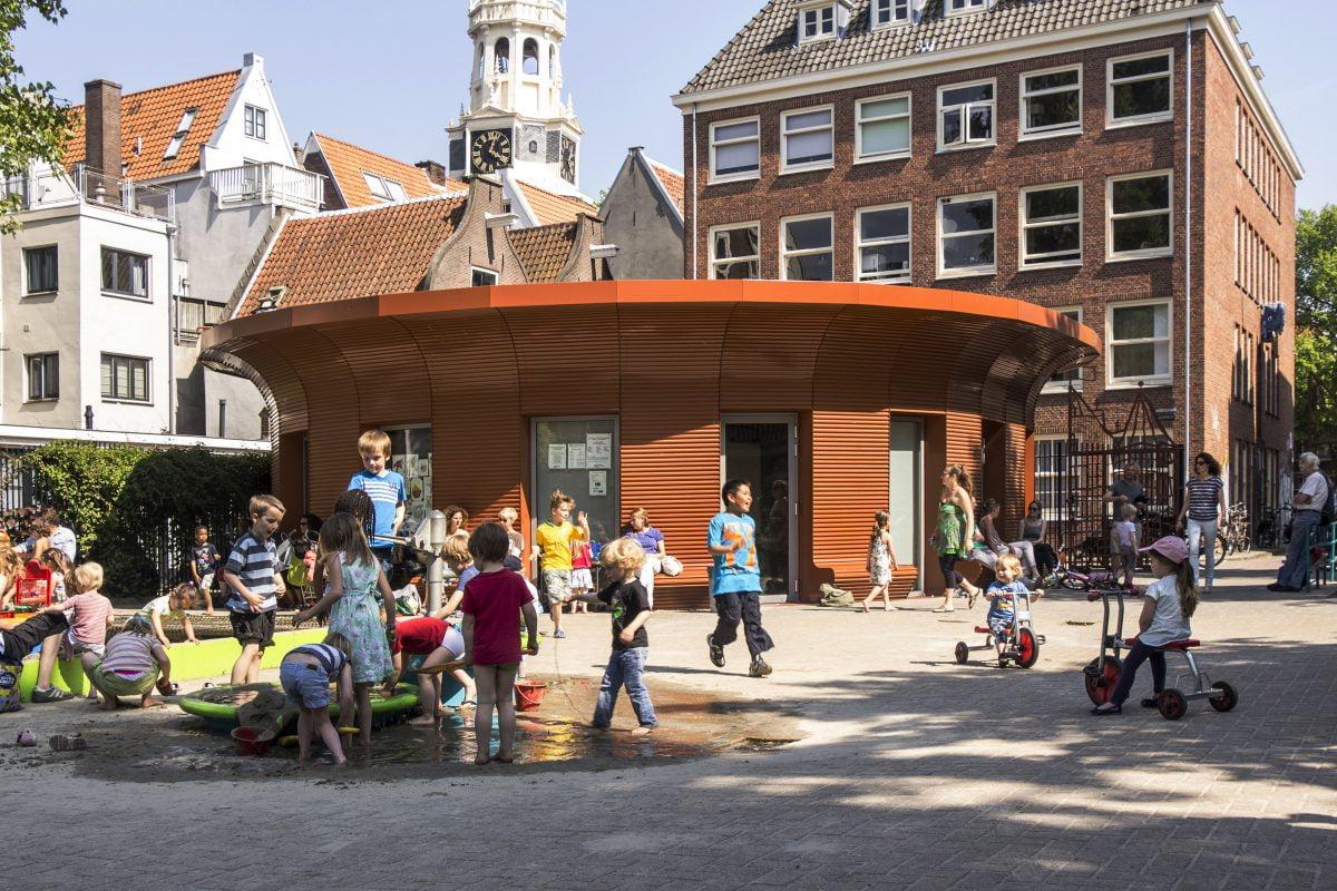 Marlies Rohmer, de Waag, Amsterdam, playground building, aluminum, prefab, round, benches, overhang