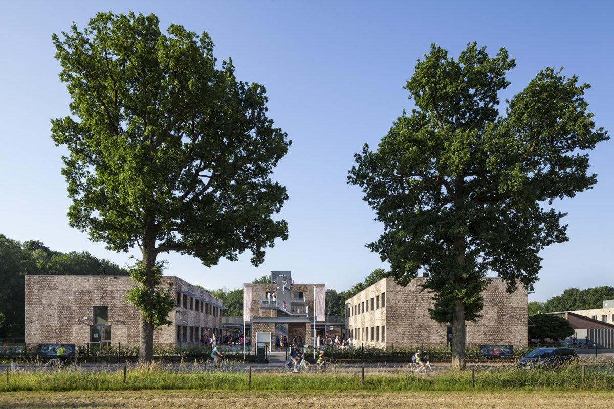 Marlies Rohmer School. 's Gravenwezel, België, voortgezet onderwijs, basisonderwijs, Buitengewoon Secundair Onderwijs, metselwerk, klok, trappentoren, groen