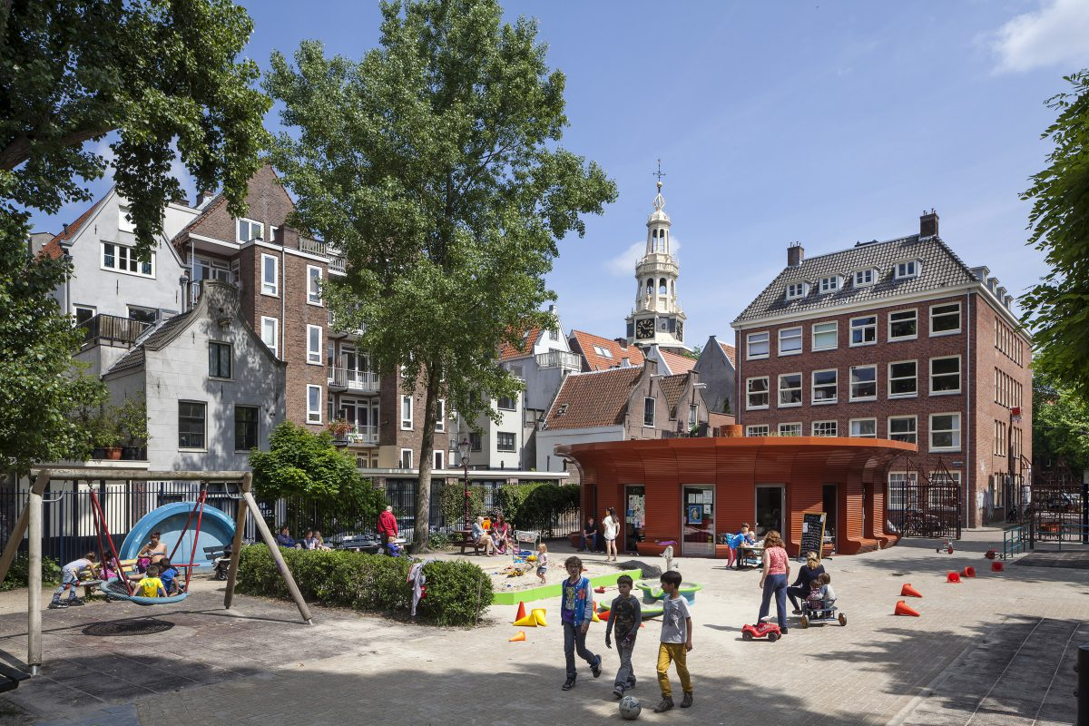 Marlies Rohmer, de Waag, Amsterdam, speeltuingebouw, aluminium, prefab, rond, bankjes, overstek