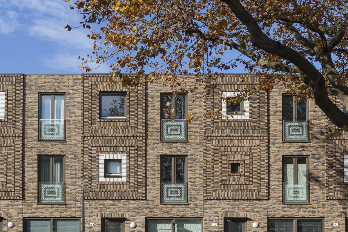 Marlies Rohmer, woningbouw, Maasstraat, Den Haag, bankje, metselwerk, ornament, prefab, stadswoningen