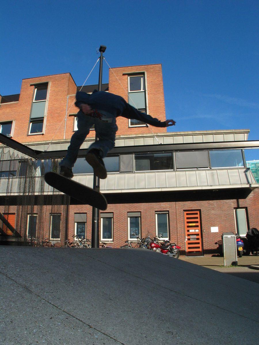 Marlies Rohmer, Keizersstraat, Nieuwmarktbuurt, Amsterdam, Woningbouw, politiebureau, zorg, metselwerk, sculpturaal, plein, groen, binnentuin, sport