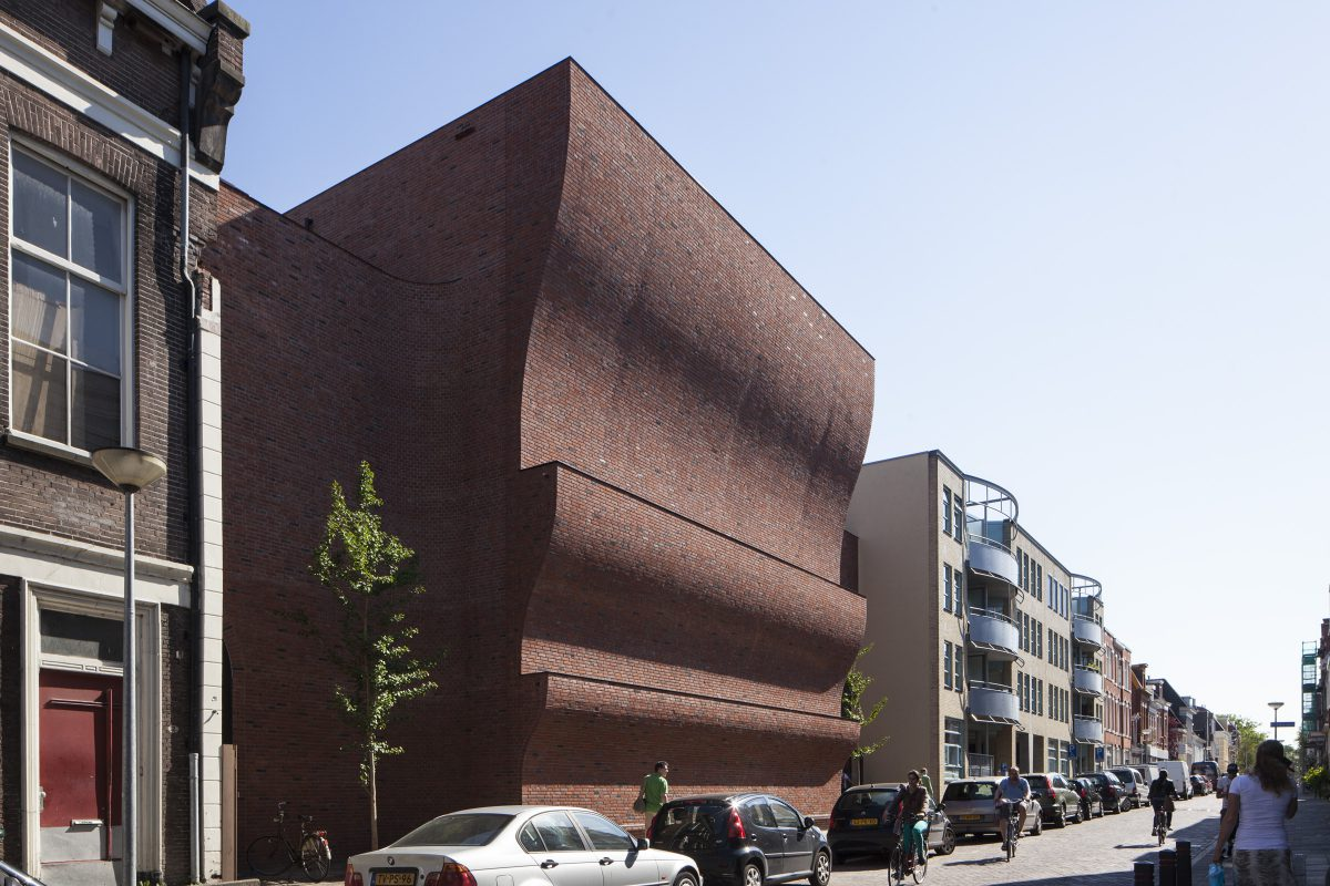 Marlies Rohmer, stacked gyms, sports tower, Violenstraat Groningen, wavy masonry, bench, indirect daylight, night scene