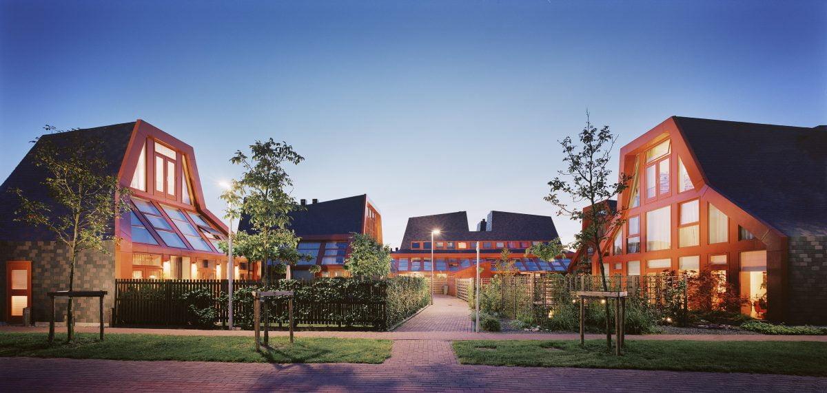 Marlies Rohmer, Woningbouw, Vijfhuizen, gemuteerde stolpboerderij, leien, sculpturaal, glas, woonerf