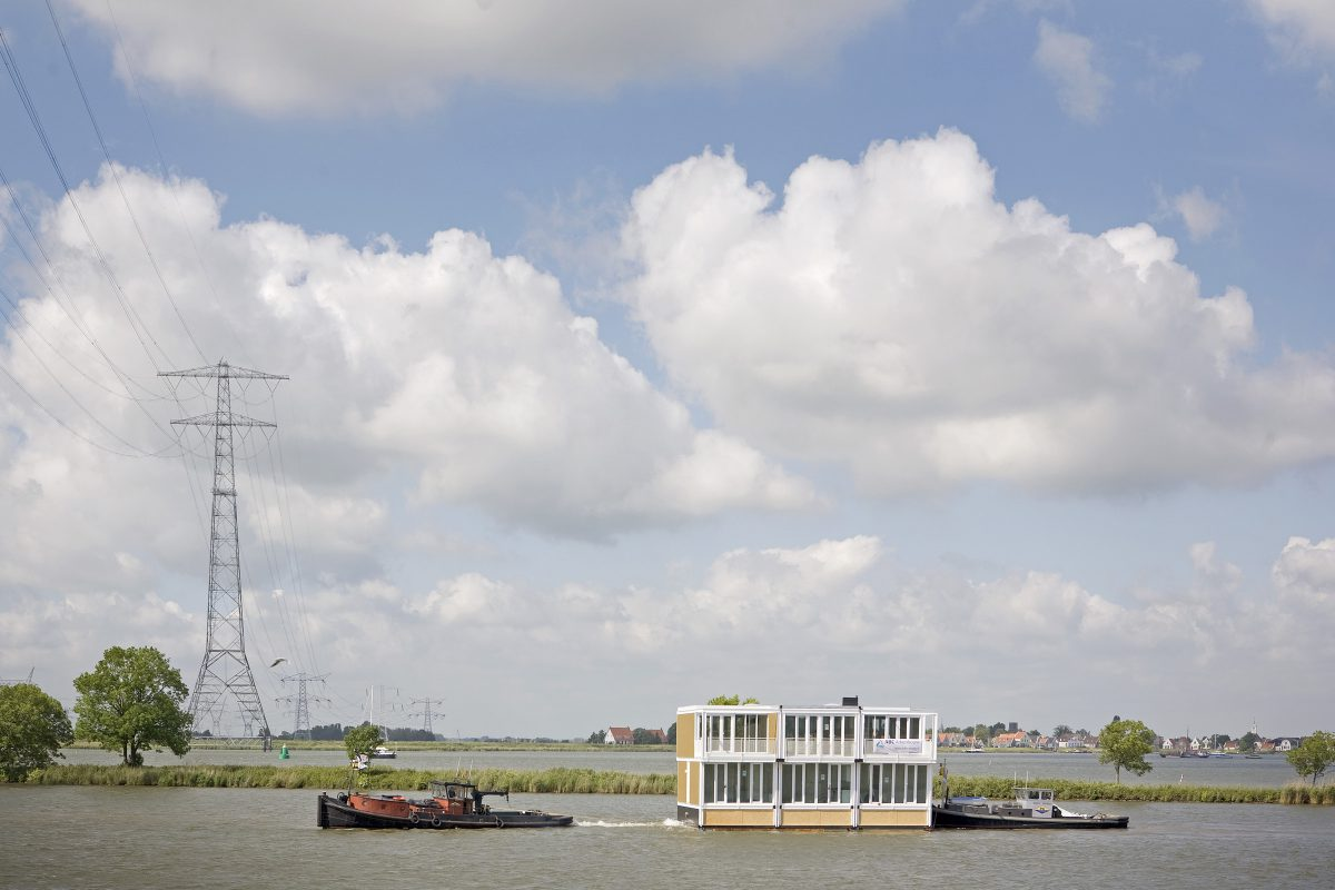 Marlies Rohmer, Waterwoningen, IJburg, Amsterdam, drijvende woningen, kunststof, vrijheid, water, zwemmen, prefab, transport over IJsselmeer, gebouw op werf