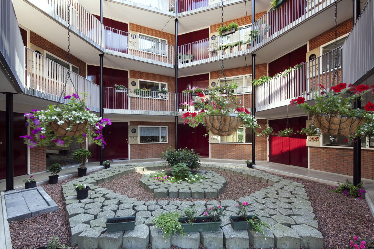 Marlies Rohmer, zorgwoningen, woningen voor ouderen, Amerbos, Amsterdam-Noord, rond, panoramawoningen, beton, prefab, hof, ontmoeten